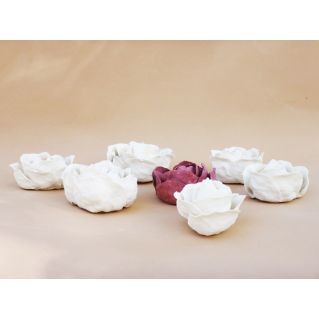 Sept roses décoratives en porcelaine