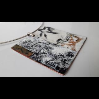 Tour de cou, pendentif  émaillé : Empreintes calligraphiées noires et ocres
