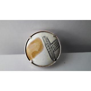 Bague : Empreinte calligraphiée  ocre sur fond blanc
