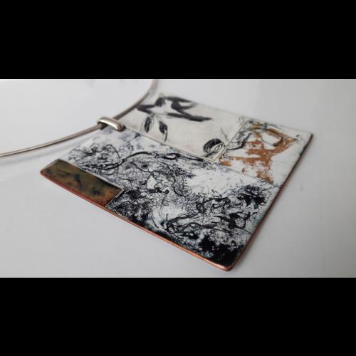 Tour de cou, pendentif  émaillé :Empreintes calligraphiées noires et ocres