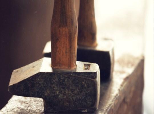 travail ; métal ; marteau ; ferronnerie ; forgeron ; joaillerie